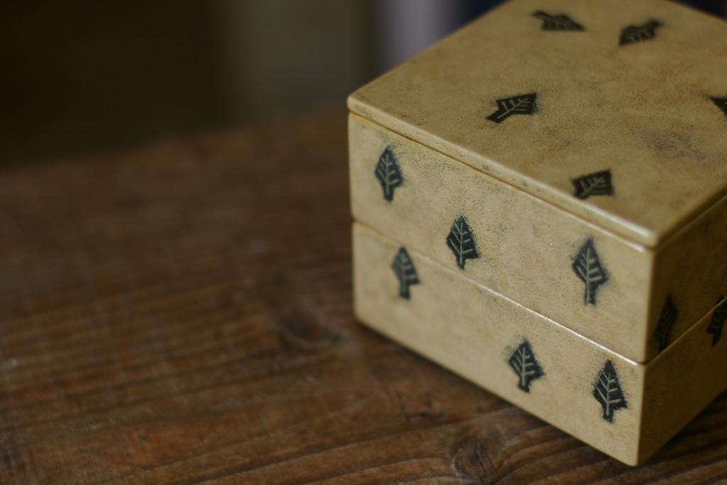 漆の二段小箱